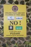 Segno di protesta contro i servizi di taxi online in Ubud, Bali immagini stock