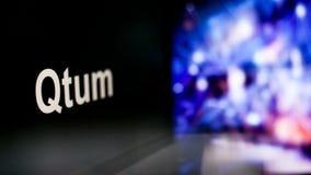 Segno di Qtum Cryptocurrency comportamento degli scambi di cryptocurrency, concetto Tecnologie finanziarie moderne illustrazione di stock