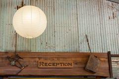 Segno di ricezione decorato con gli ornamenti arrugginiti fotografia stock