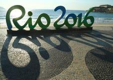 Segno di Rio 2016 alla spiaggia di Copacabana in Rio de Janeiro Immagine Stock