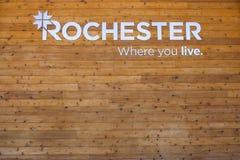Segno di Rochester, Michigan dal parco municipale su legno fotografia stock libera da diritti