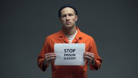 Segno di schiavitù della prigione di arresto della tenuta del prigioniero, protezione di diritti umani, violenza stock footage