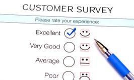 Segno di spunta in casella di controllo eccellente sulla forma di indagine di soddisfazione di servizio di assistenza al cliente Immagine Stock Libera da Diritti