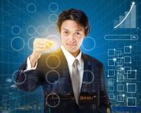 Segno di spunta del giovane uomo d'affari sulla lista di controllo con l'indicatore Busine Fotografia Stock