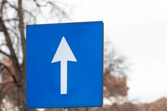 Segno di strada a senso unico blu e bianco Immagini Stock Libere da Diritti