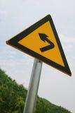 Segno di traffico stradale curvo sulla strada Fotografia Stock Libera da Diritti