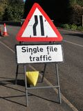 Segno di traffico stradale dal lato di una strada che dice il traffico del singolo archivio fotografie stock libere da diritti