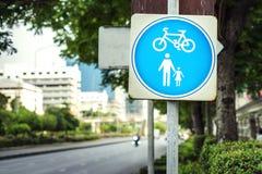 Segno di traffico stradale del pedone e della bicicletta immagine stock