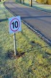 Segno di traffico stradale di restrizione di velocità Fotografia Stock