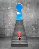 Segno di trasporto della freccia dell'uomo d'affari sulle scale chiudere a chiave la porta di forma Fotografia Stock Libera da Diritti