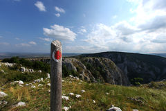 Segno di trekking sulla cima della montagna Immagini Stock