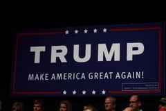 Segno di Trump a raduno di campagna luglio, 25, 2015, in Oskaloosa, lo Iowa Fotografia Stock Libera da Diritti