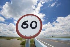 Segno di velocità sulla strada Fotografie Stock