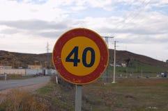 Segno di velocità sulla strada Fotografia Stock Libera da Diritti