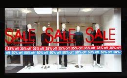 Segno di vendita della finestra del dettagliante Fotografie Stock Libere da Diritti