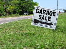 Segno di vendita di garage Fotografia Stock Libera da Diritti