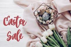 Segno di vendita di Pasqua uovo di Pasqua alla moda con gli ornamenti floreali in Ne Immagini Stock