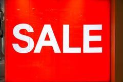 Segno di vendita sulla finestra del negozio fotografie stock libere da diritti