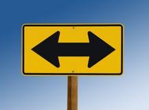 Segno di via giallo che mostra due frecce fotografia stock libera da diritti