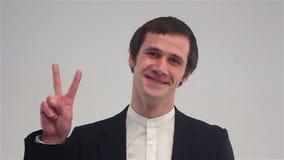 Segno di Victory By Businessman su fondo bianco archivi video