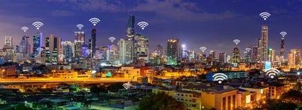 Segno di Wifi ed alta costruzione nella vista della città di panorama Immagini Stock