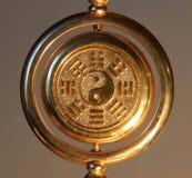 Segno di yin yang dell'oro circondato dai Trigrams fotografia stock
