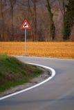 Segno di zigzag sulla curvatura della strada Immagini Stock