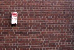 Segno di zona di caricamento sul muro di mattoni Fotografia Stock Libera da Diritti