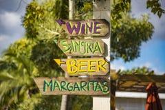 Segno direzionale della spiaggia che indica il vino, la sangria, le birre e Marg fotografia stock libera da diritti