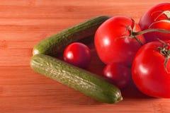 Segno direzionale delle verdure su Tan Wooden Background immagini stock libere da diritti