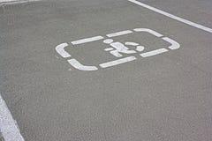 Segno disabile di parcheggio su asfalto punto di parcheggio handicappato del segno fotografia stock