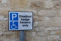 Segno disabile o handicappato di parcheggio del supporto di distintivo fotografie stock libere da diritti