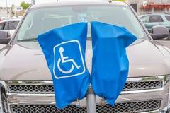 Segno disabile riservato di parcheggio sulla copertura e sul supporto blu fotografie stock
