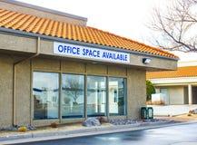 Segno disponibile dell'ufficio su costruzione locale fotografie stock