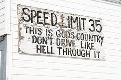 Segno divertente di limite di velocità. fotografie stock