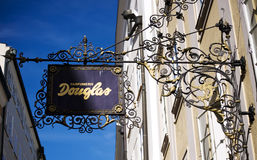 Segno Douglas del negozio nel Getreidegasse a Salisburgo fotografia stock