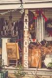 Segno e armamentario americani di legno del negozio di oggetti d'antiquariato fotografia stock libera da diritti