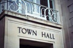 Segno e balcone del municipio all'ufficio di ente locale immagini stock