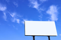 Segno e cielo blu bianchi Immagini Stock Libere da Diritti