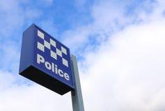 Segno e cielo blu del commissariato di polizia Fotografie Stock Libere da Diritti