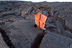 Segno-e della strada nel flusso di lava recente immagini stock libere da diritti