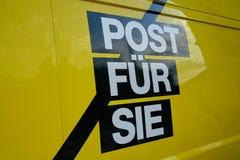 Segno e logo tedeschi del camion di servizio postale fotografia stock libera da diritti