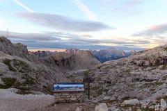 Segno e panorama delle montagne delle dolomia di Sesto con Alpenglow ad alba nel Tirolo del sud Immagini Stock