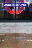 Segno e riflessione sotterranei di Londra Fotografia Stock