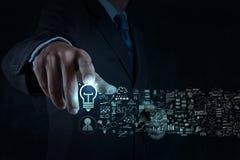 Segno e strategia aziendale della lampadina di tocco della mano dell'uomo d'affari Fotografia Stock Libera da Diritti