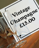 Segno e vetri del champagne dell'annata Immagini Stock