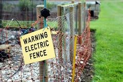 Segno elettrico d'avvertimento del recinto sul recinto elettrico Fotografie Stock