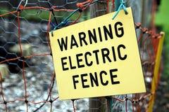 Segno elettrico d'avvertimento del recinto sul recinto elettrico Immagini Stock Libere da Diritti