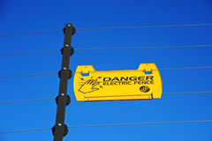 Segno elettrico del pericolo della rete fissa Fotografia Stock Libera da Diritti