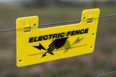 Segno elettrico del recinto all'azienda agricola Fotografie Stock Libere da Diritti